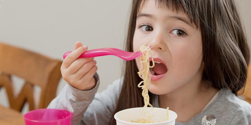 Kết quả hình ảnh cho bé ăn mì ăn liền