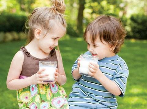 Kết quả hình ảnh cho cho bé uống sữa đúng cách