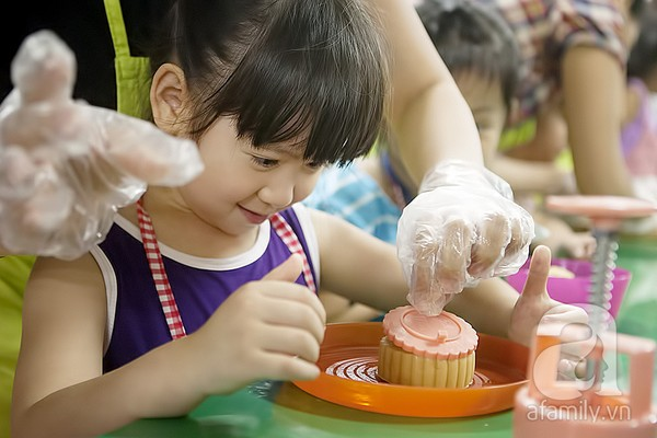 Kết quả hình ảnh cho cách tổ chức làm bánh trung thu cho các bé
