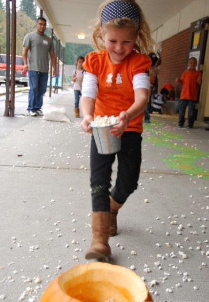 Tổ chức trò chơi cho bé với bắp rang bơ-hình 2